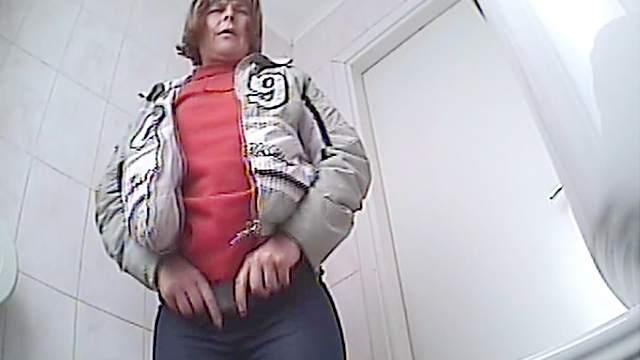 Mom is pissing on the hidden camera