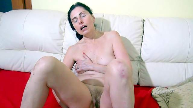 Mature with small tits fuck her lovely hole