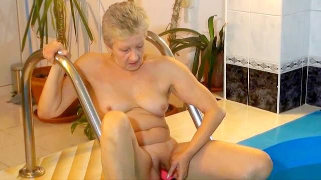 Blonde granny masturbates her cunt underwater