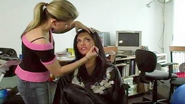 Sunny Leone get a nice pornstar makeup