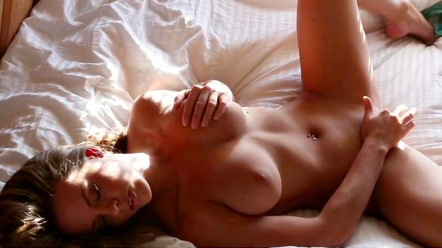 Pornstar brunette Rahyndee James fucks herself