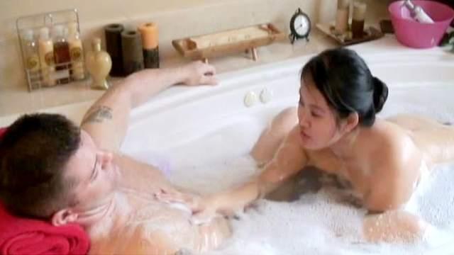 Asian Kiwi Ling is sucking so hard