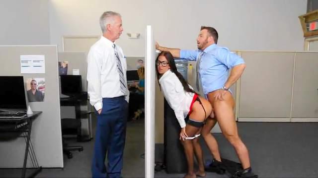 Die wunderschöne Sekretärin Nina North hat einen wilden Fick in einem Büro