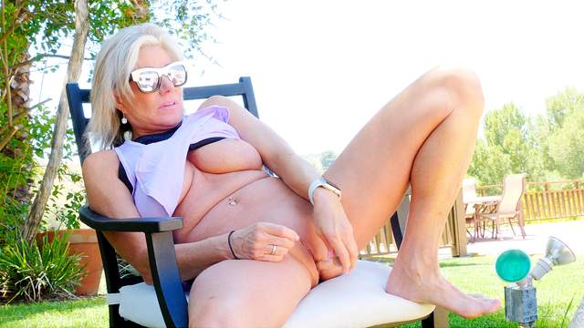 Mature looker Payton fucks herself with toys in the sun