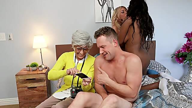Ebony MILF goes full mode with best friend in kinky threesome